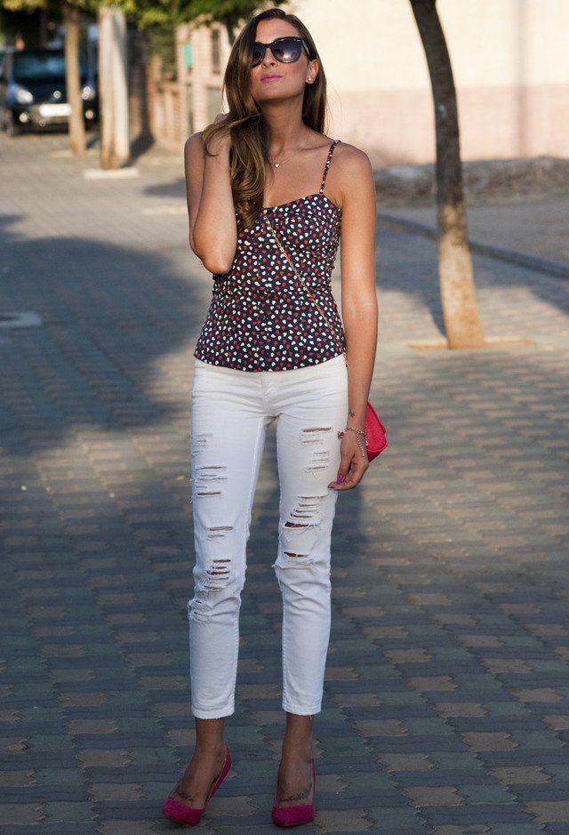 Top floral y pantalones vaqueros rasgados blancos
