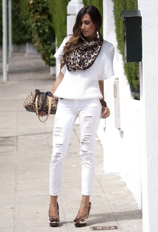 Cool Idea vestimenta blanca con pantalones vaqueros rasgados