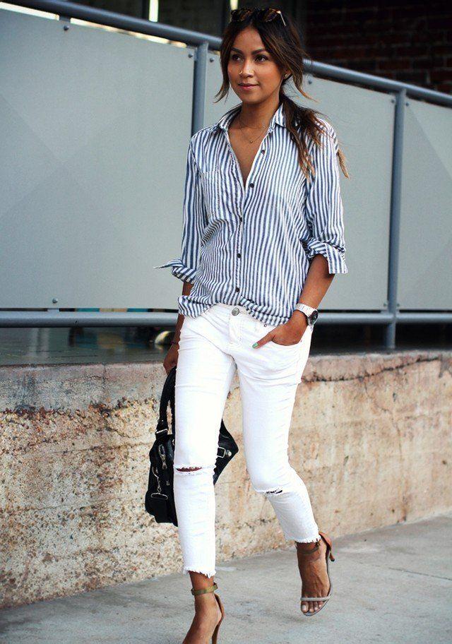 Raya la blusa blanca y pantalones vaqueros