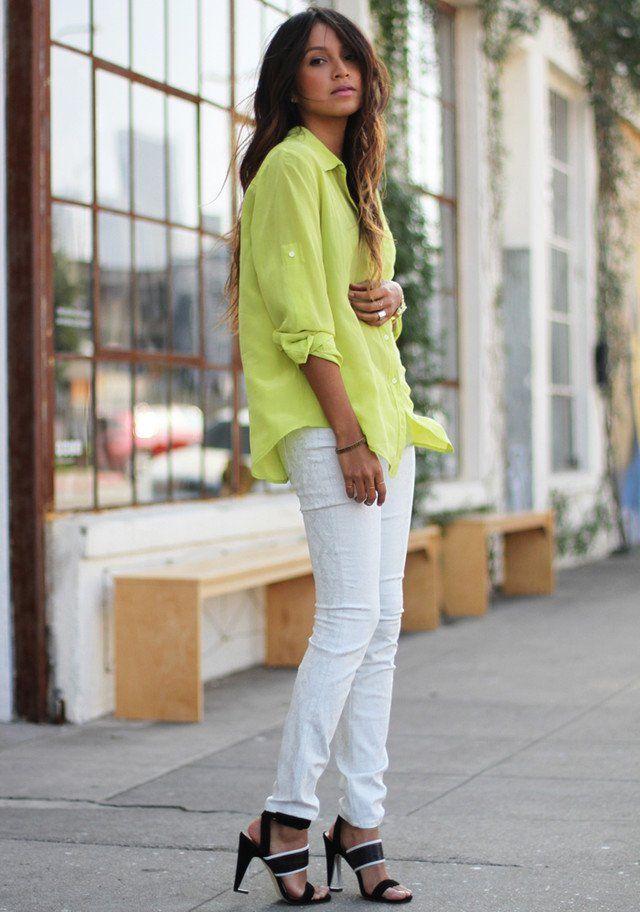 Jeans blancos traje de la idea con la coloreado brillante de la blusa
