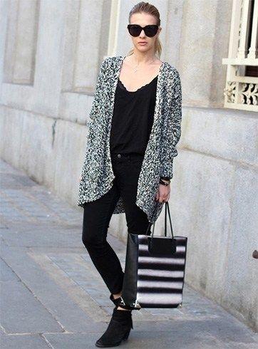 Use una larga chaqueta de punto con el vestido de Negro