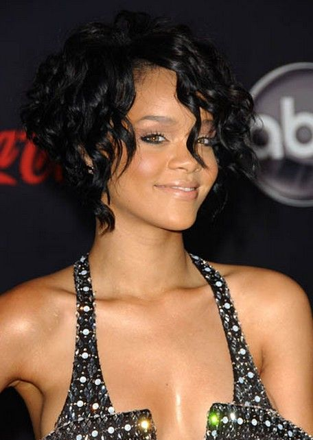 Rihanna corto y rizado Peinado para Prom