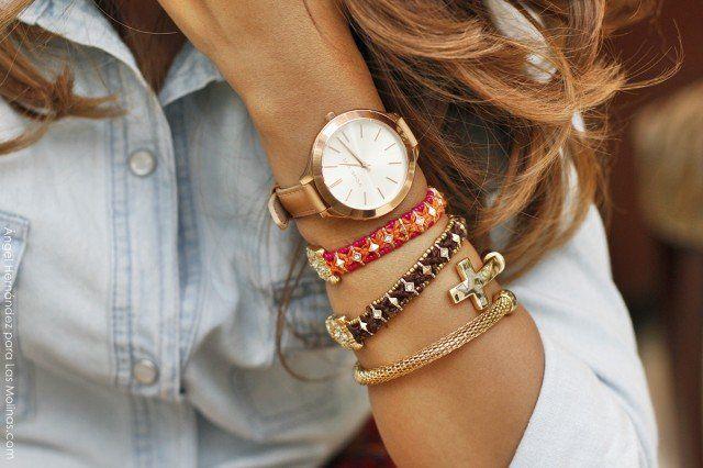 Múltiples pulseras con el reloj