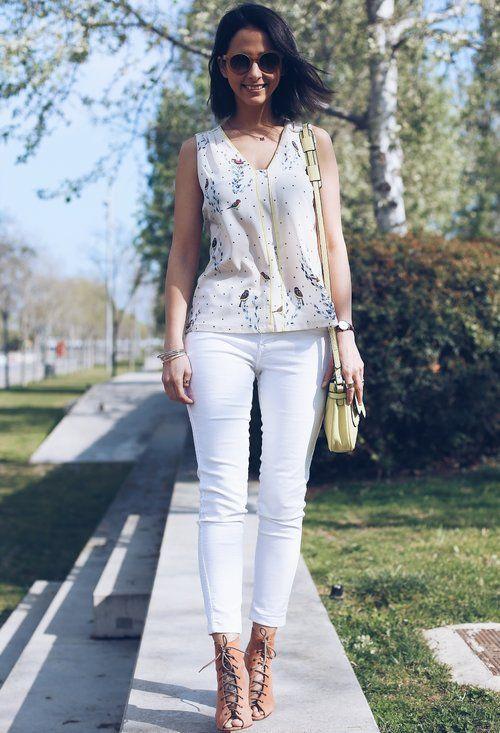 Hermoso traje blanco de los pantalones vaqueros