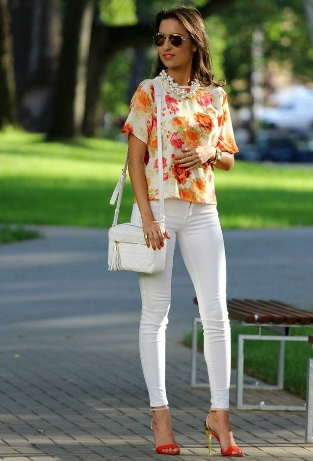 Tops florales y Jeans blancos Outfit