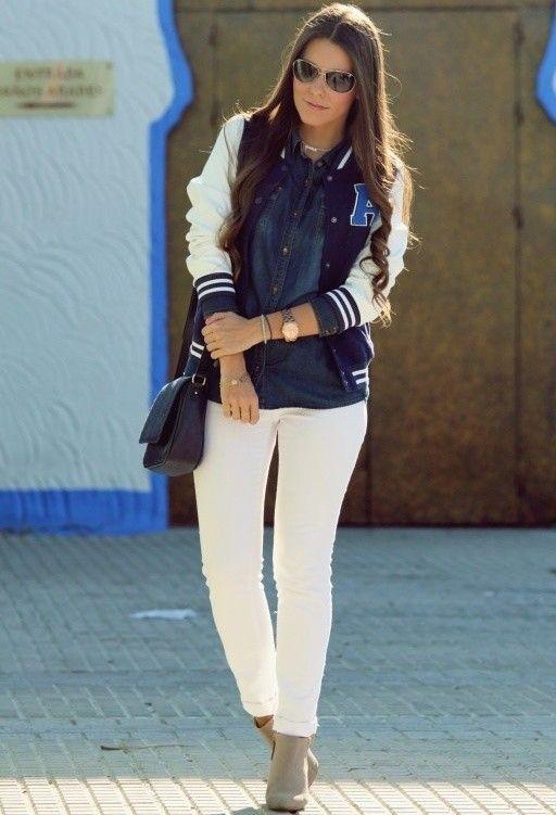 Look deportivo y casual con vaqueros blancos