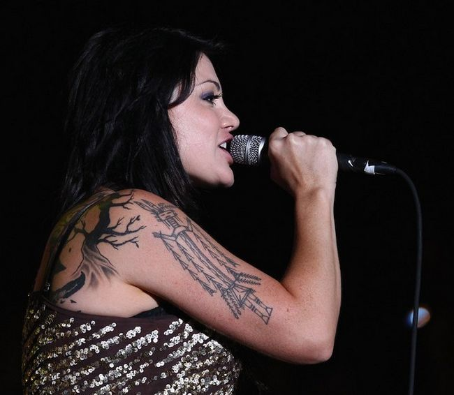 Tatuajes de vanessa amorosi - tatuaje de diseño artístico en la parte superior del brazo