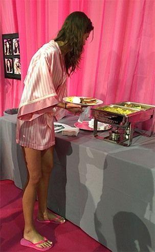 modelos de Victoria Secret comer