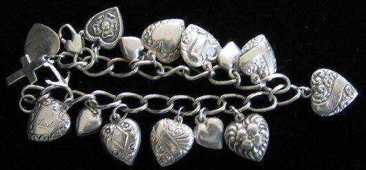 La plata antigua de la pulsera del encanto del corazón